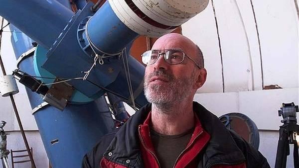 麦克诺特本人在乌普萨拉(uppsala)望远镜前