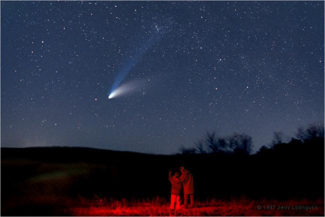1997年4月1日,Jerry Lodriguss拍摄到的海尔波普彗星,离子彗尾的尾部是英仙座双星团,图中的两个孩子一个12岁,一个15岁,现在他们应该都已经成家立业了吧。