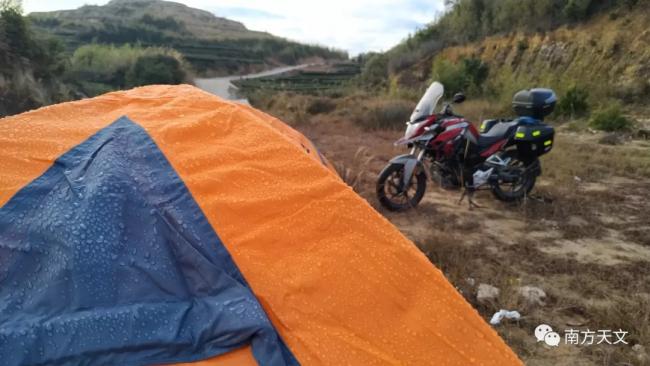 清晨湿度非常大,整个帐篷都湿漉漉,像是下过一场雨似的。