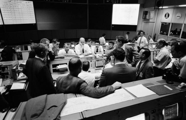 休斯顿的NASA载人航天中心,地面指挥人员陷入了紧张的救援指挥工作。