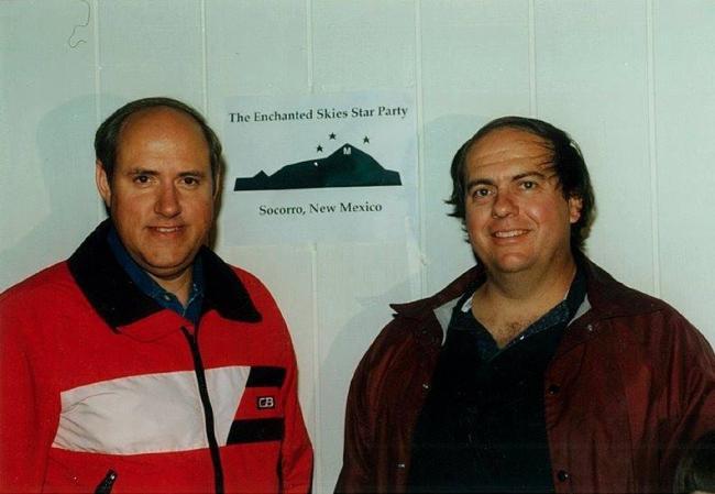 海尔和波普在彗星发现后的第一次见面(1995年9月),左边是波普,右边是海尔。