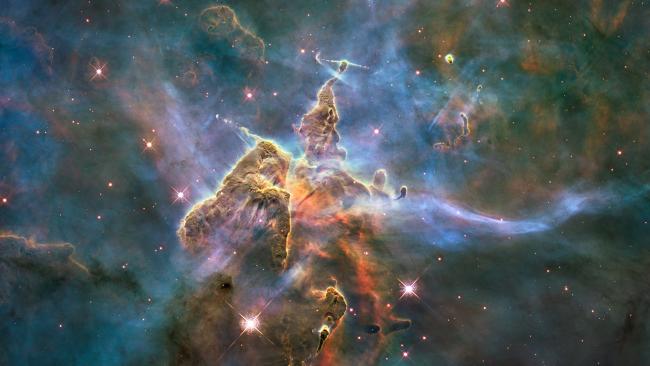2010年4月22日,HST拍摄到船底座星云中的尘埃柱。