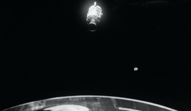 阿波罗13号服务舱的实拍照片,右下角的星球就是月球。