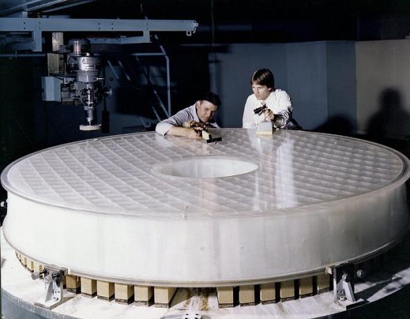 工程师正在仔细检查哈勃主镜
