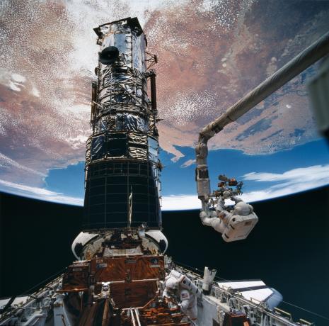 发现号上的宇航员在进行太空维修