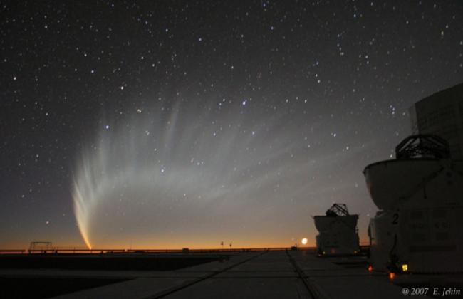 1月20日,Emmanu?l Jehin 在智利的帕瑞纳天文台拍摄到的彗星,此时的彗尾达到了极盛。
