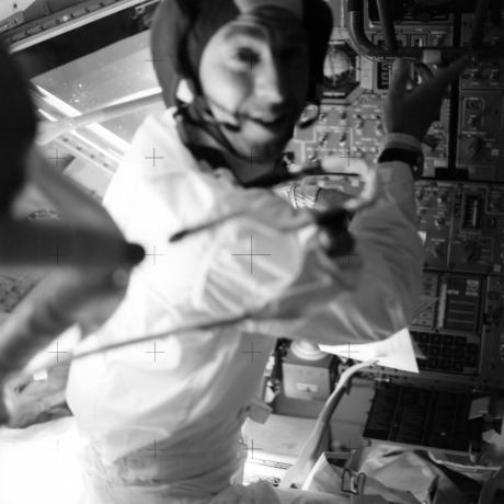 阿波罗13号指令长吉姆•洛威尔(Jim Lovell)在飞船中的工作场景。