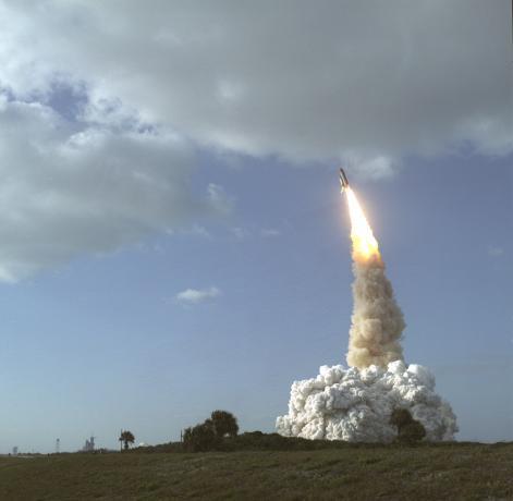 1990年4月24日,发现号航天飞机载着HST发射升空
