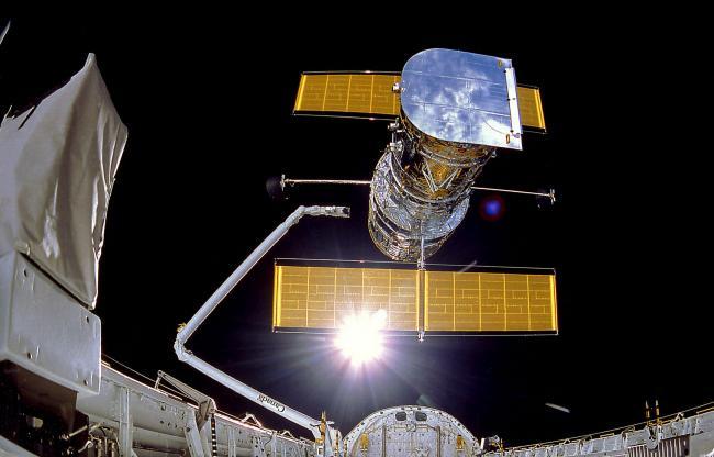 1990年4月26日,发现号航天飞机将HST释放到轨道上