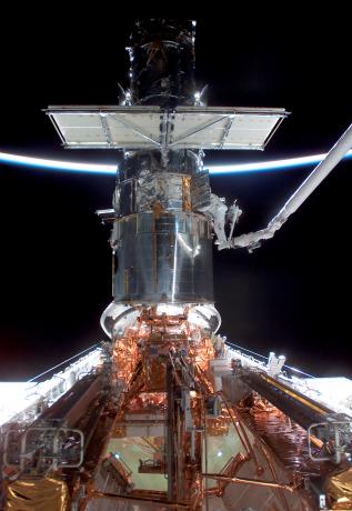 哥伦比亚号航天飞机载着7名宇航员上天为HST进行第三次维护。