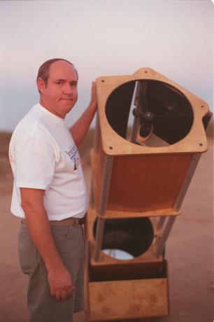 年轻时候的波普,旁边就是他发现彗星的17.5寸望远镜