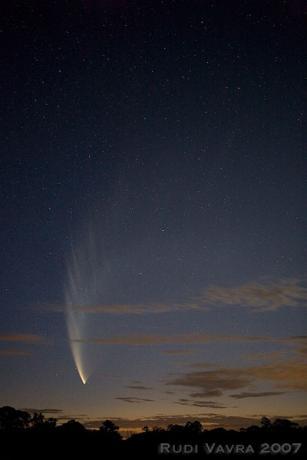 1月23日,澳大利亚的Sutton Forest拍摄到的彗星,彗尾已经没有前几天的长度了。