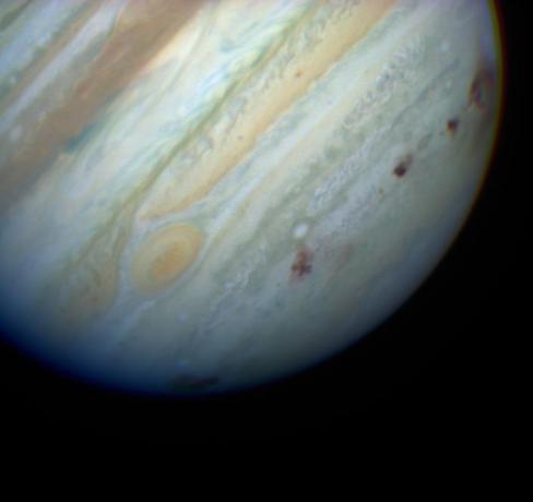图上黑色的斑点就是苏梅克-列维9号彗星撞击木星留下的巨大的孔洞