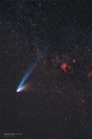 1997年3月8日,海尔波普彗星运行到天鹅座,与北美洲星云的合影。