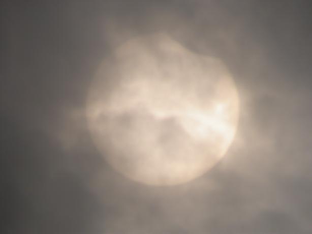 初亏后,太阳还在云里,因为云层的遮挡,太阳反而可以用肉眼直视。初亏后,太阳还在云里,因为云层的遮挡,太阳反而可以用肉眼直视。