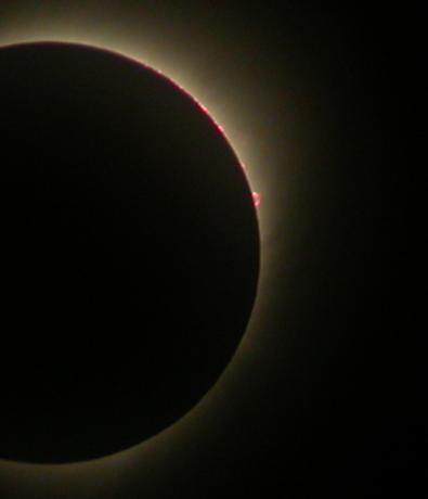 全食期间可以看到右上角有日珥喷涌而出全食期间可以看到右上角有日珥喷涌而出