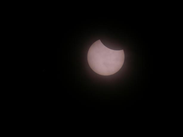 这是第一张用巴德膜过滤拍下的日食照片,说明此时云散的差不多了。这是第一张用巴德膜过滤拍下的日食照片,说明此时云散的差不多了。